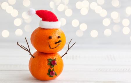 bonhomme de neige: Bonhomme de neige heureux faite de mandarines, de clou de girofle et de baies d'hiver