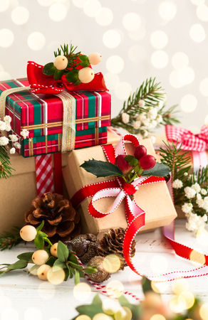Verschillende kerstcadeautjes met handgemaakte decoratie Stockfoto