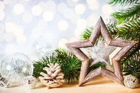 estrellas de navidad: Fondo de la Navidad con la estrella decorativa, ramas de abeto y piñas Foto de archivo
