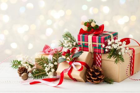 arbre: Différents cadeaux de Noël avec une décoration à la main
