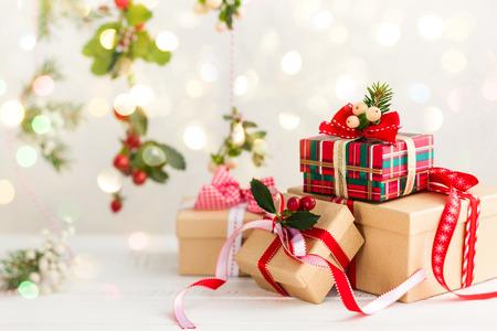 Verschiedene Weihnachtsgeschenke mit handgemachten Dekoration