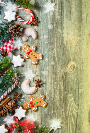 tree top view: Décoration de Noël avec des biscuits de pain d'épice, des branches de sapin et d'épices sur la vieille planche de bois Banque d'images