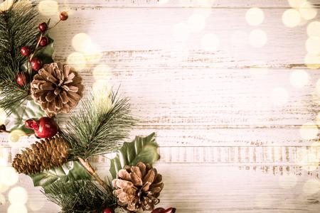 モミの枝、松ぼっくり、ビンテージ スタイルの古い木製ボード上の果実とクリスマスの背景 写真素材