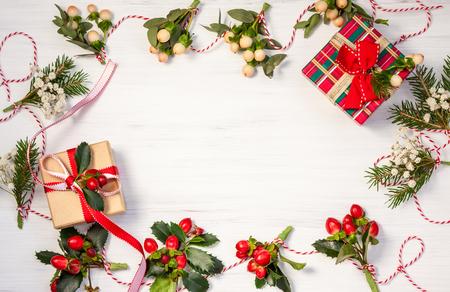 bouquet fleur: cadeaux de No�l et d'hiver guirlandes naturelles sur le fond en bois blanc