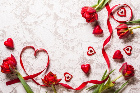 Valentines Day achtergrond met hartjes en rode tulpen