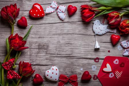Valentinstag Hintergrund mit Pralinen, Herzen und roten Tulpen Standard-Bild - 49202096