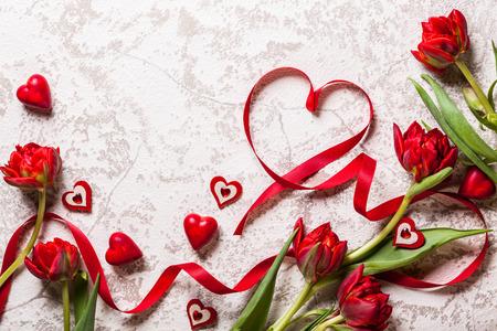 Oslavte den pozadí s srdce a červené tulipány Reklamní fotografie