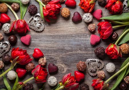Gastronomische chocolade en rode tulpen voor Valentijnsdag Stockfoto - 49202145
