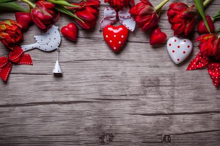 Valentijnsdag achtergrond met chocolade, hartjes en rode tulpen Stockfoto