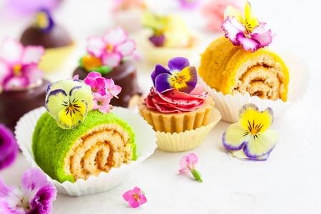 pasteles: tortas y pasteles clasificados para el té de la tarde. enfoque suave