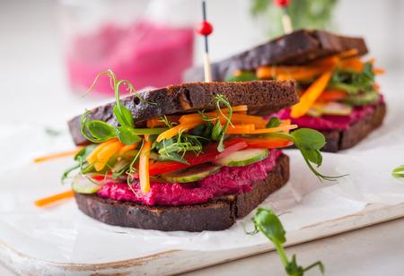 グルテン無料のビーガン サンドイッチ ビート フムス、生野菜、もやし。ソフト フォーカス 写真素材 - 52850806