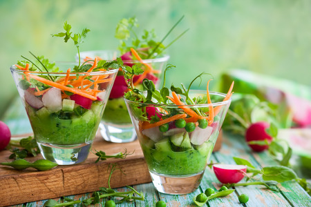 Spring appetizer with raw vegetables and green pea hummus Stockfoto