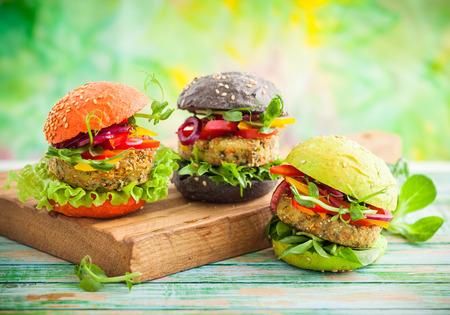 Rode, groene, zwarte mini hamburgers met Quinoa en Groenten Stockfoto - 52850907