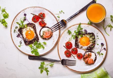 comiendo pan: Huevos fritos en rodajas de pan de grano entero, canap� de salm�n y tomates cherry al horno