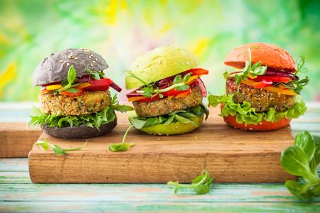 キヌアと野菜の赤、緑、黒のミニハンバーガー