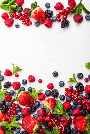 다양 한 신선한 여름 딸기입니다. 평면도