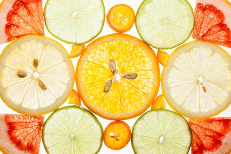 Antecedentes de varias frutas cítricas en el blanco