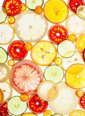Hintergrund der verschiedenen Zitrusfrüchte auf dem weißen