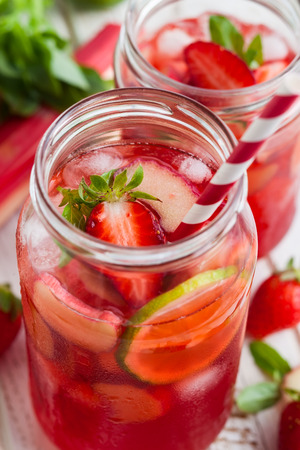 vaso de jugo: Preparación casera refrescante fresa, limón y limonada con menta ruibarbo Foto de archivo