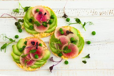 아침 식사로 아보카도와 수박 무를 곁들인 유기농 키누아 케이크 스톡 콘텐츠