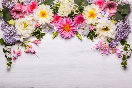 Festliche Blumenkomposition auf dem weißen hölzernen Hintergrund. Draufsicht