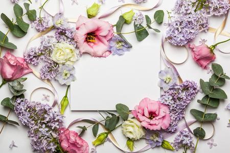 flowers: tarjeta de invitación festiva con hermosa floral frontera sobre el fondo blanco con textura Foto de archivo