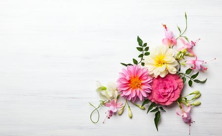 흰색 나무 배경에 축제 꽃 조성. 오버 헤드보기 스톡 콘텐츠