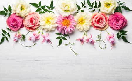 Composición de la flor festiva en el fondo de madera blanca. vista aérea Foto de archivo - 60926364