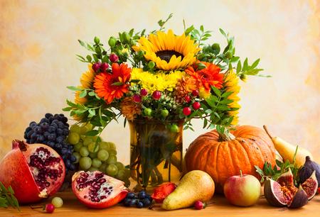 Autunno natura morta con fiori, zucca e frutta Archivio Fotografico