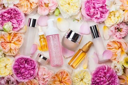 Overhead widok zestawu kosmetycznego i kwiaty Zdjęcie Seryjne