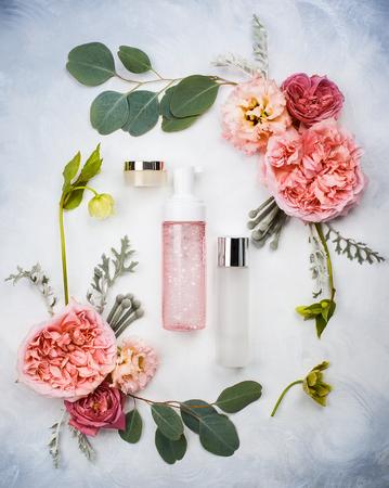 スキンケア製品と花のセット 写真素材