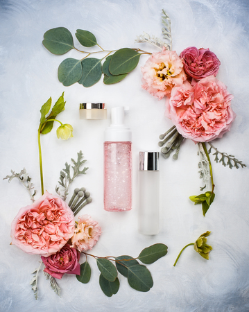 Set of skin care product and flowers Imagens