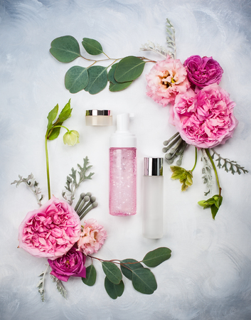 Set of skin care product and flowers Archivio Fotografico