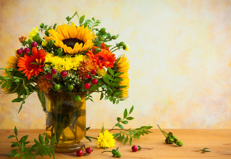 autumnal flowers and berries in a vase Stok Fotoğraf - 65044506