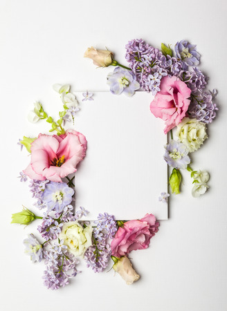 Carta di invito festiva con bello bordo floreale su sfondo bianco con texture Archivio Fotografico - 69600050