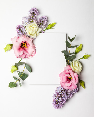 Carta di invito festiva con bello bordo floreale su sfondo bianco con texture Archivio Fotografico - 69600053