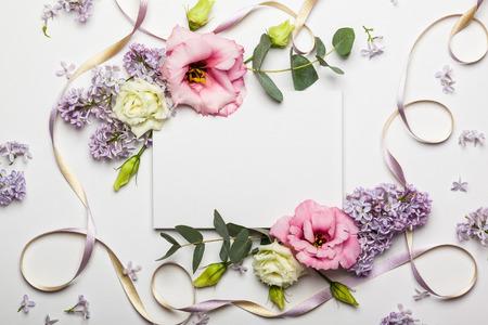 Feestelijke uitnodigingskaart met mooie bloemengrens op de witte geweven achtergrond Stockfoto - 69600071
