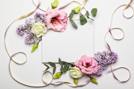 흰색 질감 배경에 아름 다운 꽃 테두리 축제 초대 카드