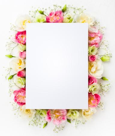 축제 꽃 개념 : 아름 다운 꽃 테두리 복사 공간 흰색 배경에. 평평한 평신도. 스톡 콘텐츠