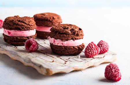 Sandwichs à la crème glacée faits maison avec framboises et chocolat Banque d'images - 76667024