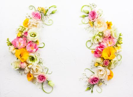 Composition florale festive sur fond blanc avec copie. Vue aérienne. Banque d'images - 76739063