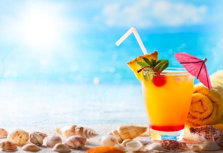 夏の概念: ビーチに新鮮なエキゾチックなカクテル