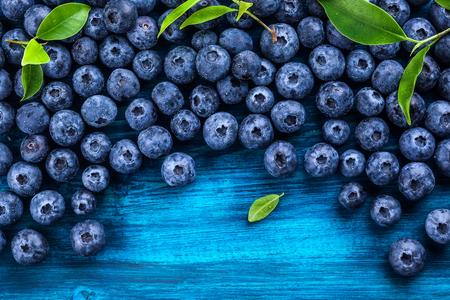 푸른 나무 배경에 물 방울과 신선한 블루 베리. 평면도. 건강하고 다이어트의 개념