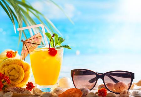 夏の概念: 新鮮なエキゾチックなカクテルとビーチにサングラス