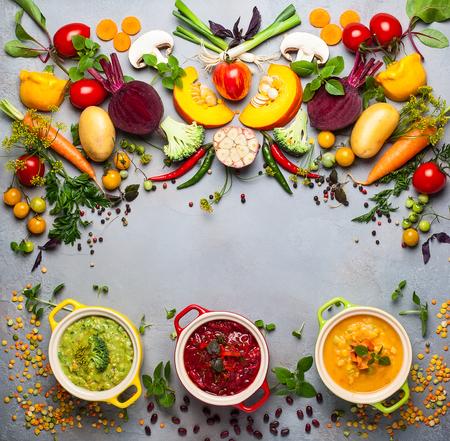 Concept de potages sains de légumes et de légumineuses. Soupe aux pois jaunes, bortsch rouge aux haricots et brocoli vert avec soupe aux lentilles. Vue de dessus.