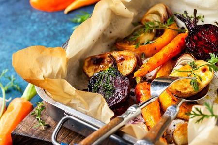 Oven Geroosterde groenten met knoflook en kruiden op de bakplaat. Herfstwinter-wortelgroenten. Stockfoto