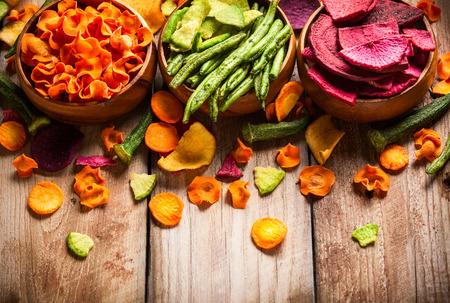 Chips de verduras secas de zanahoria, remolacha, chirivía y otras verduras. Dieta orgánica y comida vegana. Foto de archivo
