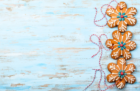 Gingerbread snowflakes for Christmas on a blue wooden background 版權商用圖片