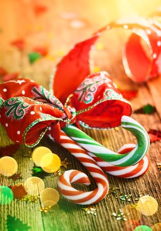 木製の背景にギフト リボン クリスマス キャンデー杖