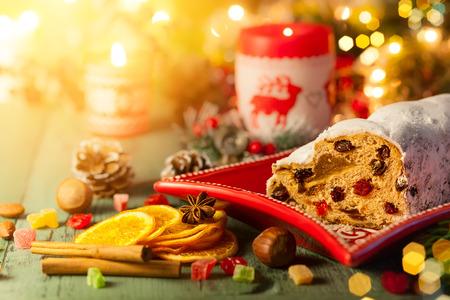 Traditioneller Weihnachtskuchen Stollen mit Marzipan, Trockenfrüchten und Puderzucker.